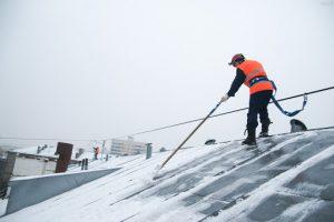 Сезонная необходимость очистки крыши от снега