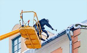 Зачем нужна очистка крыш и как часто ее проводить
